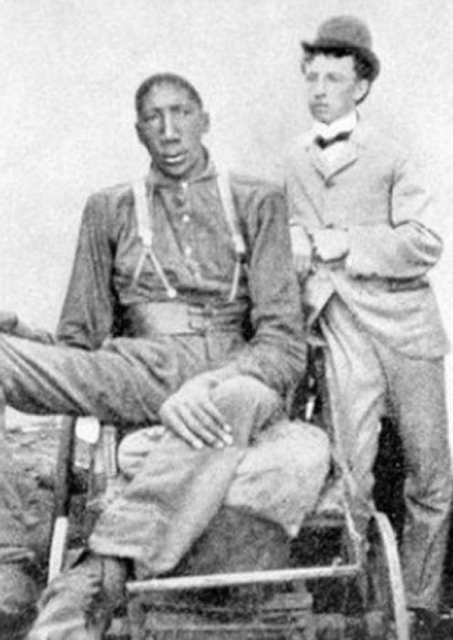 В 1882 году он мог стоять и передвигаться только на костылях. Но расти все равно продолжал. Умер в 1905 году. Он до сих пор считается самым высоким темнокожим в мире. Поскольку Джо родился в семье рабов, женат он не был - либо данных об этом не осталось.