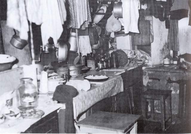 """По мнению ее единомышленников, о детях в коммунистическом обществе должен заботиться коллектив, для чего женщины должны были научиться без разбора заботиться о всех детях как о своих собственных.А вот так называемые общественные кухни должны были """"отделить кухню от брака""""."""