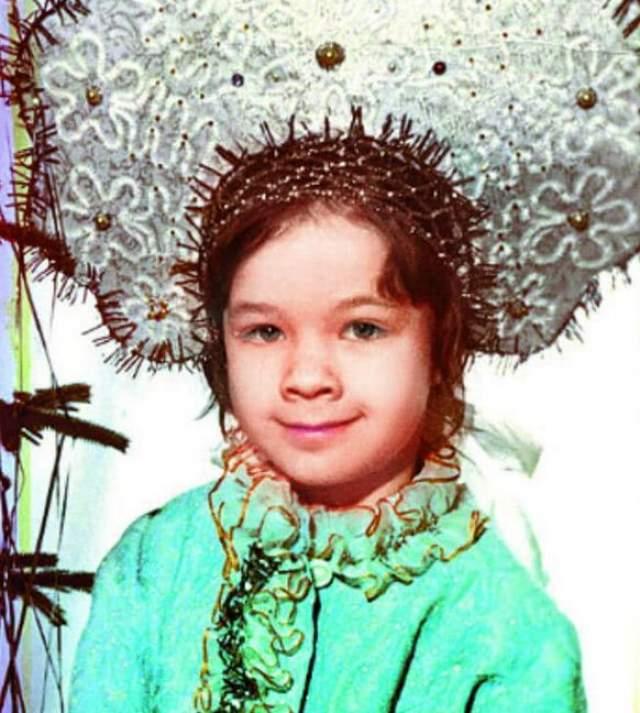 Юлия Захарова в огромном нарядном кокошнике.