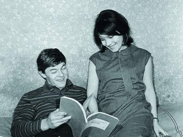 """""""В Сашу были влюблены все девчонки. Однажды мои одноклассницы позвали меня на танцы, сообщив с придыханием: """"Там будет Саша Збруев"""". Как только я его увидела, тут же сама влюбилась. Саша тоже обратил на меня внимание. Мы начали встречаться, а после окончания школы решили расписаться. Родителям сказали, что идем в театр, а сами отправились в ЗАГС. Дома нас встретили мама и бабушка. Бабушка вдруг стала внимательно присматриваться к Саше. """"Смотри-ка! - воскликнула она. - Они за спиной какую-то бумагу с гербом прячут"""". Пришлось признаться…"""""""