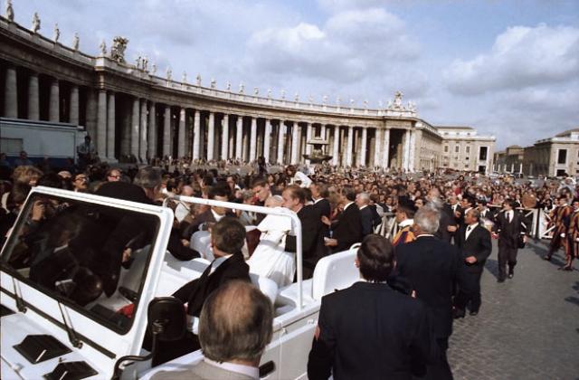 """Иоанна Павла тотчас же отнесли в находившуюся неподалеку машину """"скорой помощи"""", и она понеслась по вечерним римским улицам в клинику Джемелли, что в четырех милях от площади Святого Петра."""