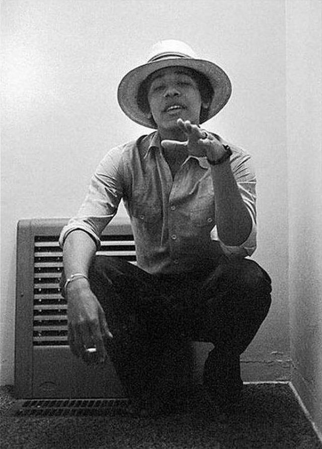 Барак Обама после школы в течение двух лет учился в Западном колледже в Лос-Анджелесе, а затем перевёлся в Колумбийский университет, где специализировался на международных отношениях.