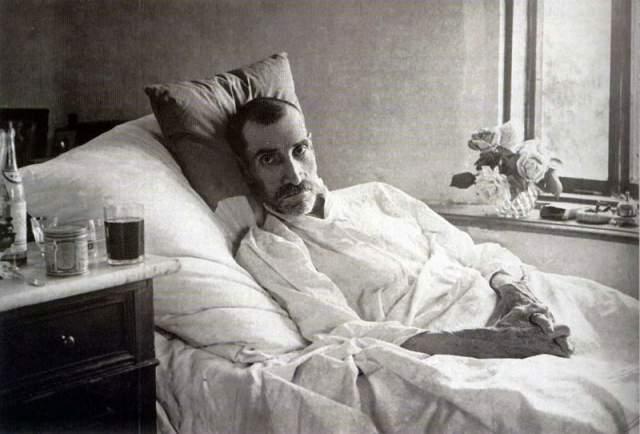 """Этот период его супруга охарактеризовала так: """"Тогда он стал умирать"""". От безысходности Грин даже послал в Москву телеграмму: """"Грин умер вышлите двести похороны"""", но вскоре и вправду скончался утром 8 июля 1932 года, на 52-м году жизни."""