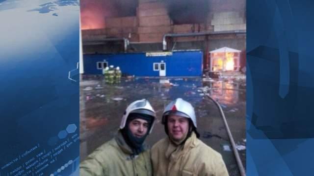 """В Казани в торговом центре """"Адмирал"""" произошел пожар, в результате которого скончались 17 человек, двое из 300 спасателей не только поработали, но и устроили фотосессию на фоне полыхающего комплекса, чем вызвали гнев пользователей."""