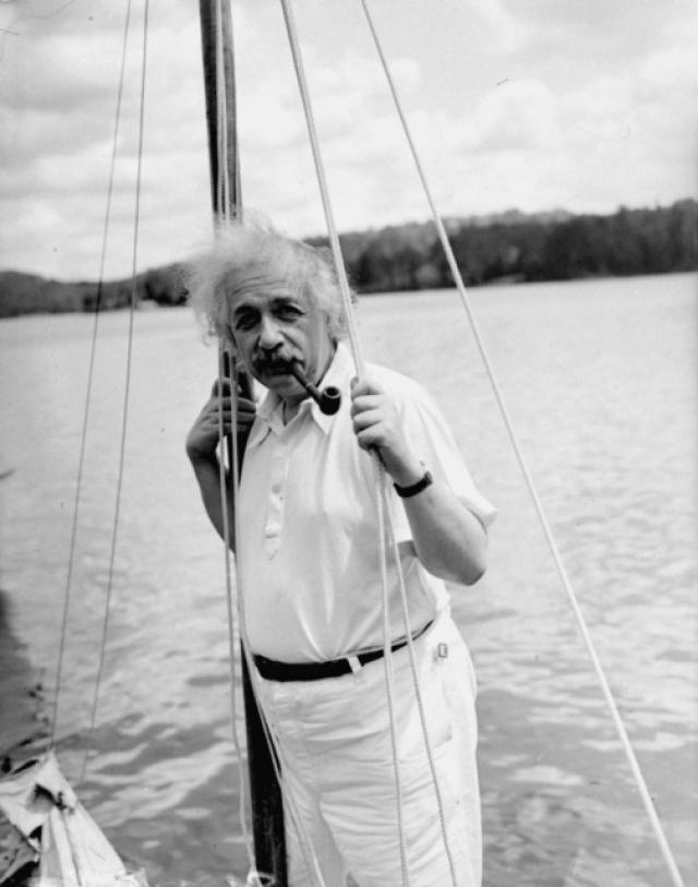"""Эйнштейн очень любил парусные лодки. Правда, управлять ими у него получалось не очень. Соседям на Лонг-Айленде время от времени приходилось спасать незадачливого морехода, когда его лодка """"Тинеф"""" переворачивалась на волнах."""