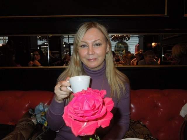 Надежда Тилер работала в конце 80-х в Краснодаре журналисткой и брала интервью у звезды. Затем девушка оказалась в гостинице вместе с ним, где и произошла интимная связь. Потом она уехала с ним в Сочи.