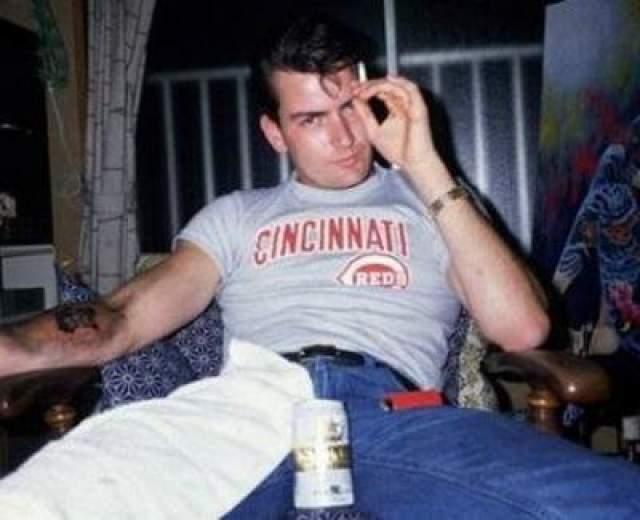 Впервые актер Чарли Шин попал в реабилитационную клинику в1990 году. Несколько браков и множество вечеринок спустя, в январе 2011 года он был госпитализирован в Лос-Анжелесе после бурной вечеринки с большим количеством алкоголя и наркотиков.