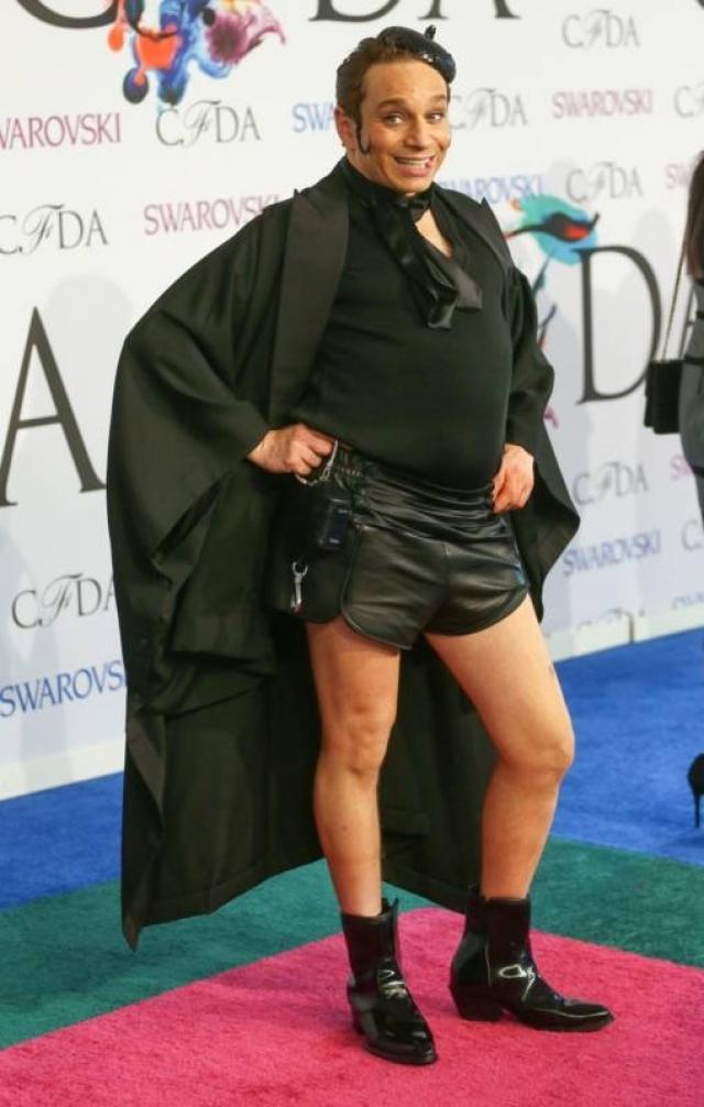 Американский актер Крис Каттан явился на церемонию вручения наград за достижения в области моды в образе своего альтер эго — стриптизера Манго.