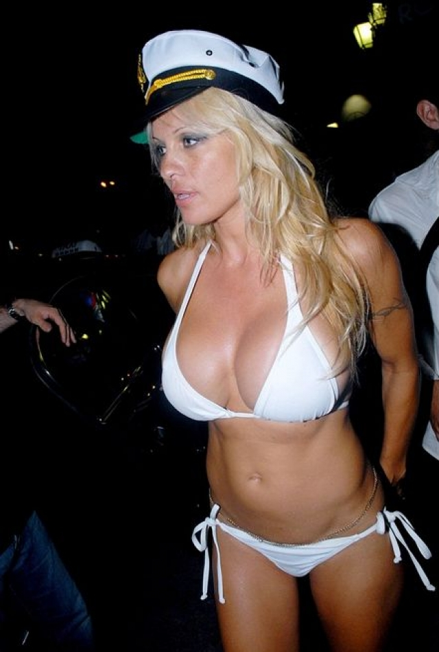 """Памела Андерсон. Звезда """"Плейбоя"""" решила и вовсе сочетаться браком с Кидом Роком в белом бикини."""