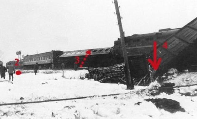 Локомотивная бригада пассажирского поезда находилась на работе 4 часа, имела достаточный домашний отдых и оснований для отвлечения от наблюдения за сигналами не имела. При столкновении на тепловозах возник пожар, который распространился на пассажирские вагоны.