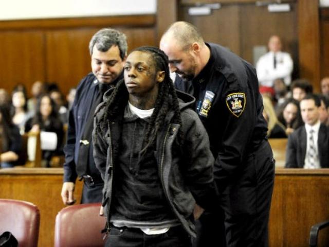 Лил Уэйн. В 2009 году рэпера признали виновным в незаконном ношении оружия в Нью-Йорке, а во время освобождения под залог вновь был задержан теперь еще и с наркотиками.