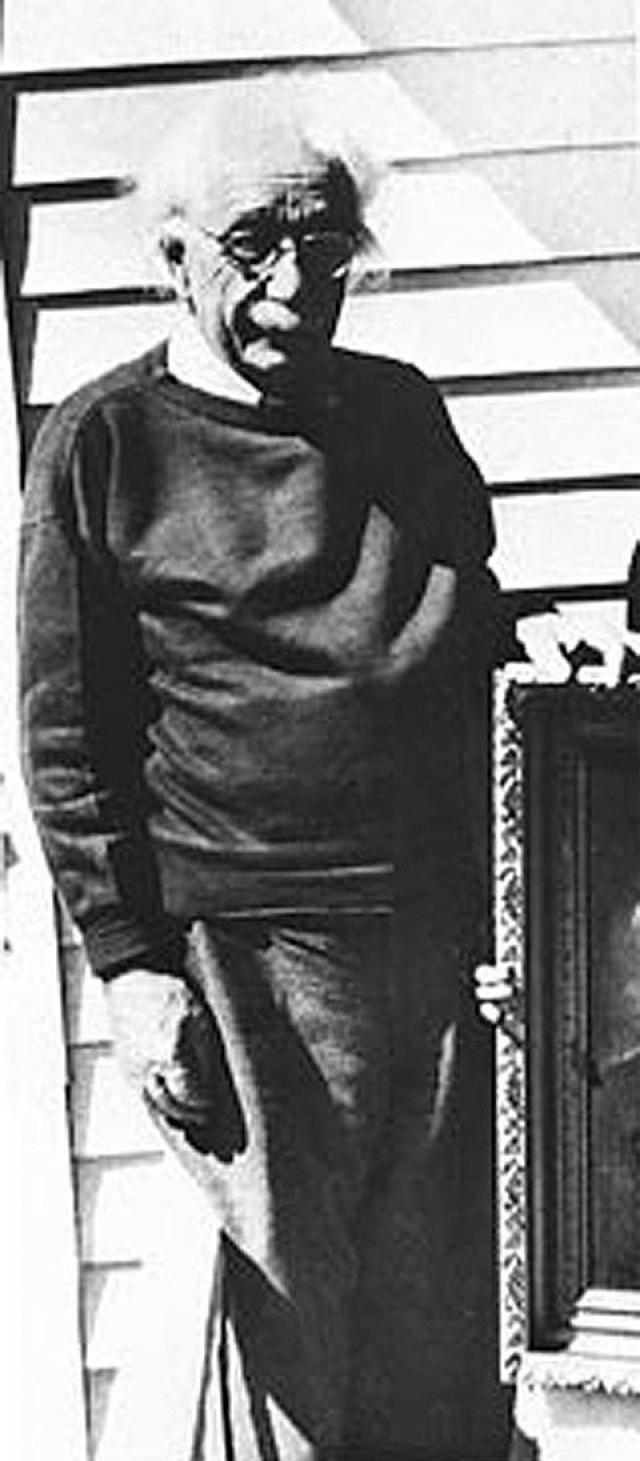 Альберта Эйнштейна сфотографировали перед его домом за месяц до того, как у него произошел разрыв аневризмы брюшной аорты в марте 1955 года.