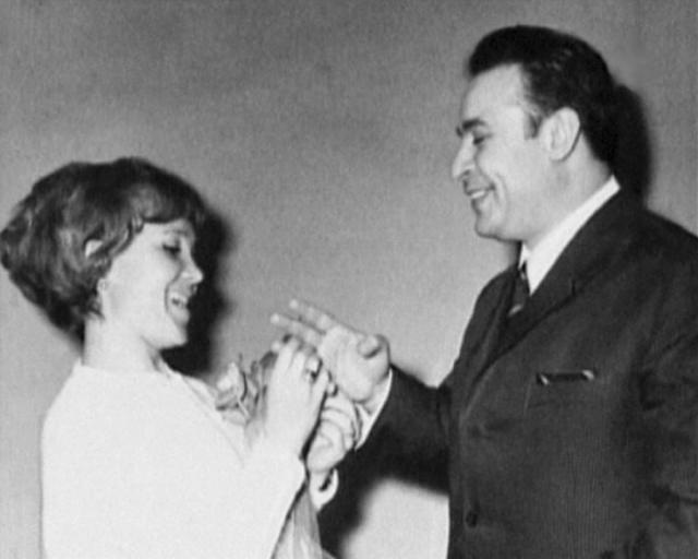 Спокойный армянский дипломат Вилли и яркая, энергичная кинозвезда Надежда, поначалу не воспринимались как семейная пара, тем более, что они три года прожили не расписываясь.