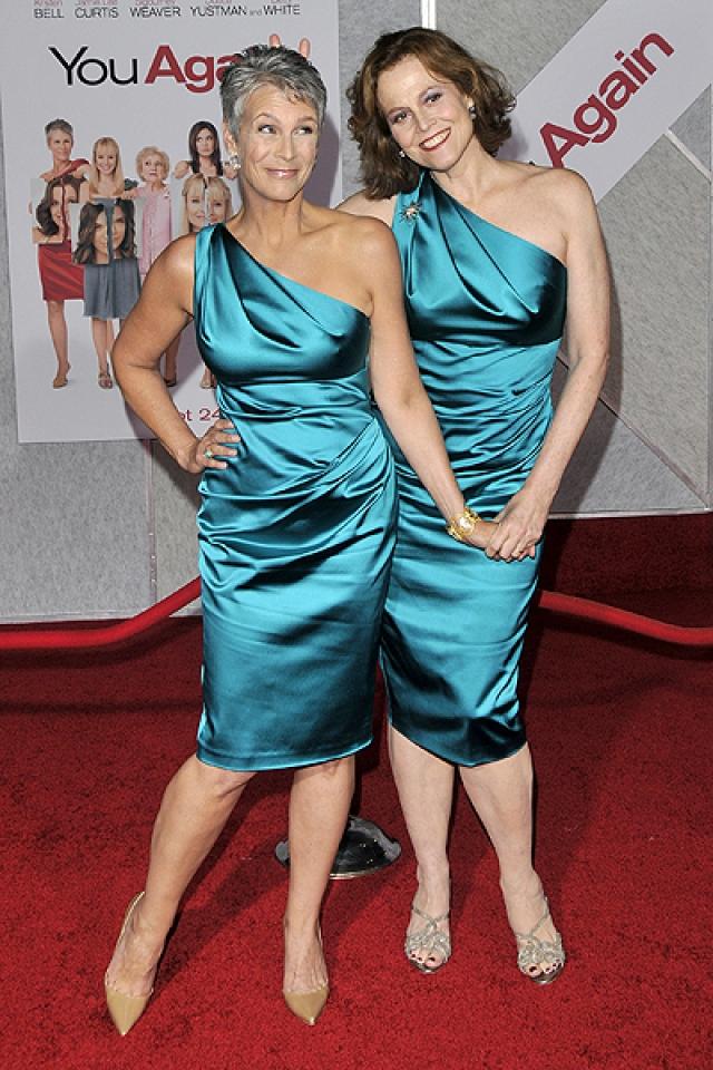 """Джейми Ли Кертис и Сигурни Уивер на премьере фильма """"Снова ты""""."""