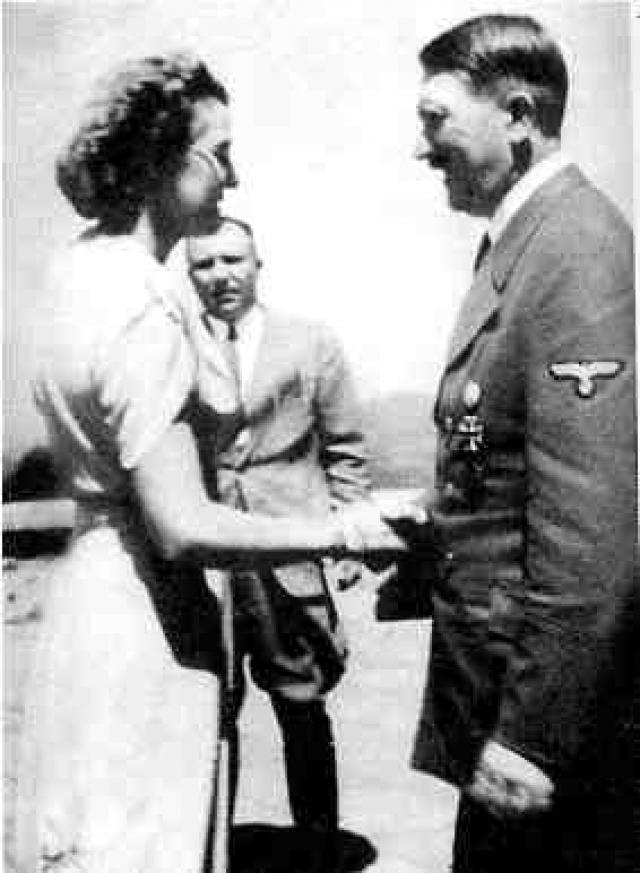 29 апреля. Состоялось бракосочетании Гитлера и Евы Браун. Процесс проходио в соответствии с законом: составляется брачный контракт и совершается обряд венчания. Свидетели, а также Кребс, жена Геббельса, адъютанты Гитлера генерал Бургдорф и полковник Белов, секретарши и повариха приглашены на празднование свадьбы. После небольшого застолья Гитлер уединяется для составления завещания.