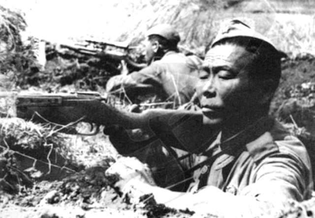 """""""Фирменным"""" оружием Номоконова была трёхлинейная винтовка Мосина без оптического прицела (с ним появилась только в 1942 году). Порой снайпер попадал в противника с расстояния в 300 или 500 метров, а иногда и с целого километра."""