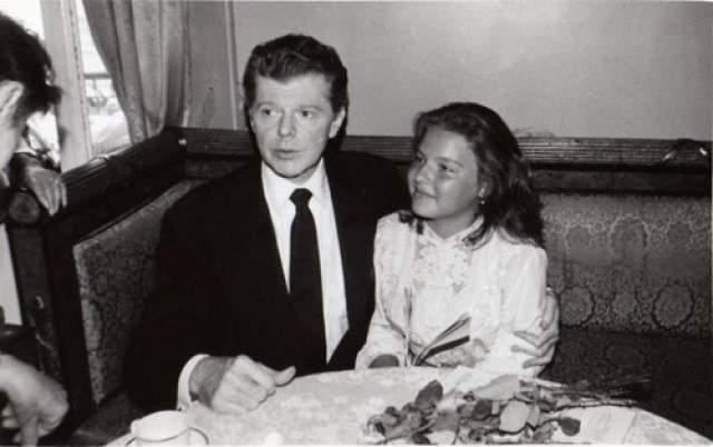В 80-е техника игры и талант Полины вызывали восторг у взрослых состоявшихся музыкантов. Нервы девочки не выдержали, как оказалось, жесткого воспитания отца: в 13 лет она сбежала из дома.