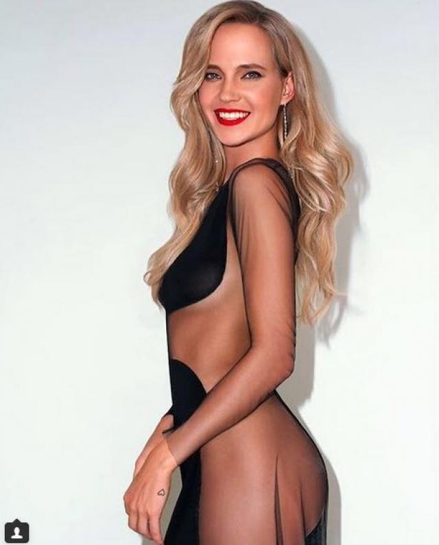 Будоражило умы поклонников и фото, на котором Наталья запечатлена в прозрачном платье черного цвета, прикрывающем лишь некоторые части ее тела.