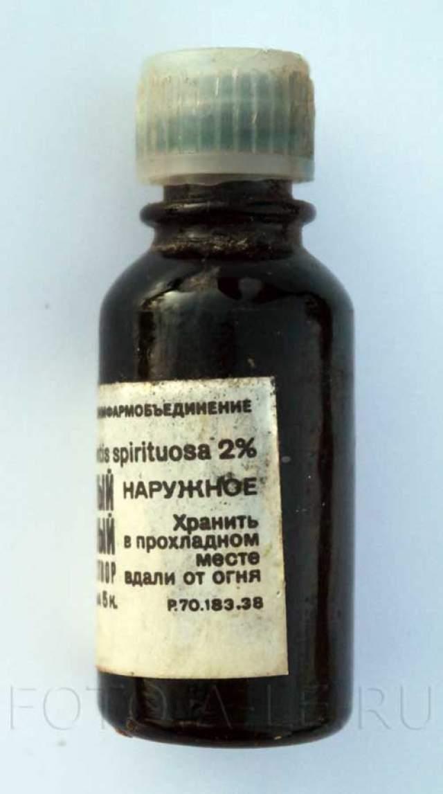 """Пожалуй, зеленка - самое известное лекарство в жизни каждого человека, рождённого в СССР. Но нигде в мире ее больше не применяют. В западных странах запрещено применять лекарства, молекулярный механизм действия которых неизвестен, а """"бриллиантовый зеленый"""" в этой сфере загадка до сих пор, также не известны и его канцерогенные свойства, и эстетическая сторона тоже сыграла свою роль."""