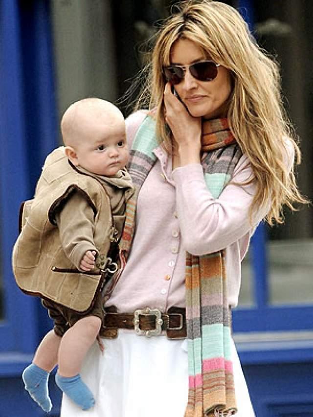 На похороны любимого человека звезда прилетела в Великобританию, когда уже была на четвертом месяце беременности. Через пять месяцев у них родился третий сын Рекс.Замуж знаменитость больше не выходила, хотя прошло уже десять лет. Сейчас ей всего 48.