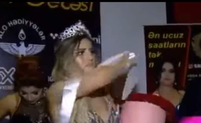 """То же самое проделала совсем недавно на церемонии награждения конкурса красоты """"Мисс Баку 2018"""" Лала Асланова."""