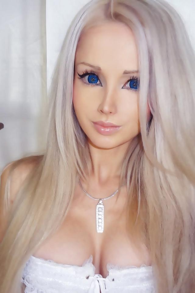Валерия Лукьянова. Ее манера одеваться, макияж, увеличивающие контактные линзы, накладные ресницы – все это помогает Валерии быть максимально схожей с Барби.