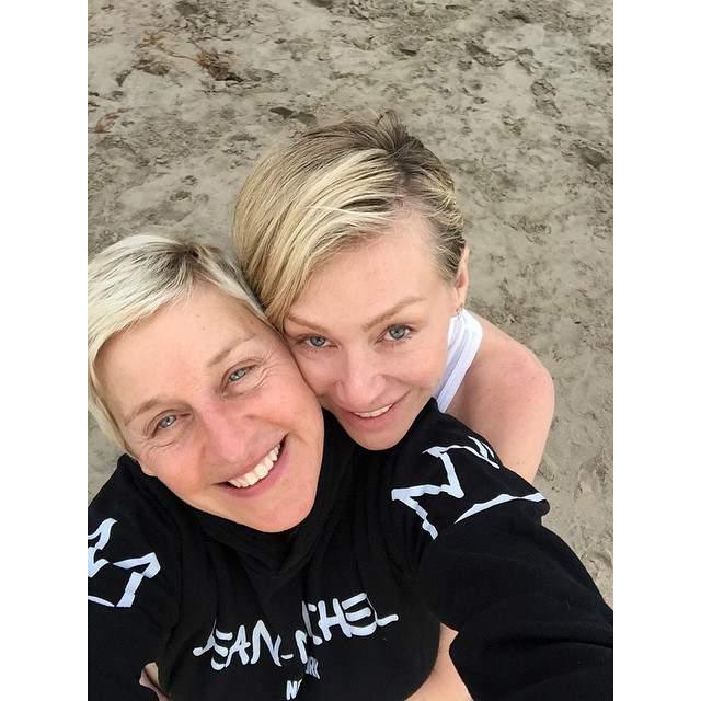 """Эллен Дедженерес и Порша де Росси поделились в Инстаграм фото своего """"пляжного"""" свидания."""