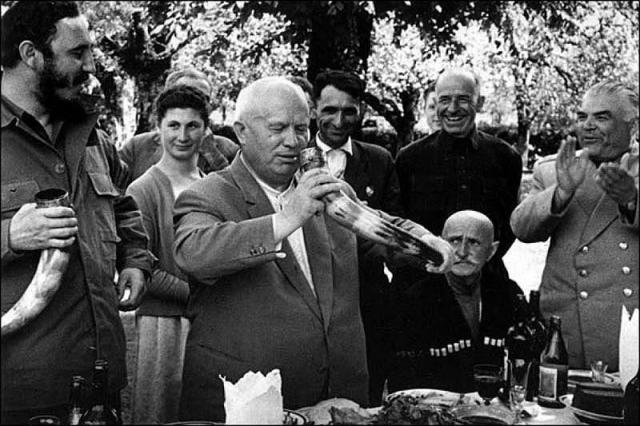 Ему подсказали, как вести беседу. Хрущев там, где надо, отшучивался, пытаясь, например, перевести начатый Фиделем Кастро разговор об истоках конфликта между СССР и Китаем, на проблемы кочевых племен Средней Азии.