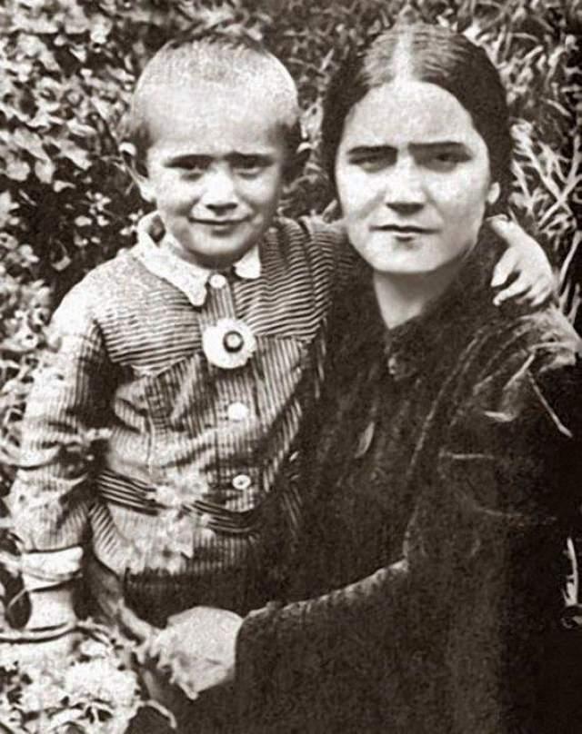 Армен Джигарханян с мамой Еленой Васильевной.