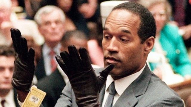 На садовых дорожках были найдены капли крови, принадлежавшей Симпсону, а также окровавленная перчатка на правую руку с его потожировыми следами. Несмотря на все это, футболиста оправдали.