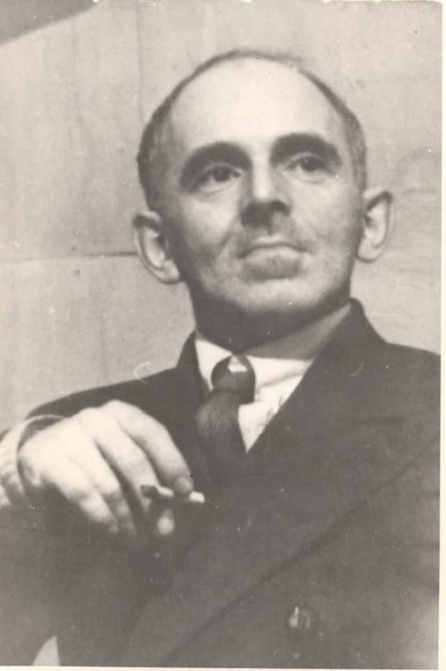 """Осип Мандельштам. Один из крупнейших русских поэтов XX века в ноябре 1933 года пишет антисталинскую эпиграмму """"Мы живем, под собою не чуя страны…"""" и зачитывает ее полутора десяткам человек. Пастернак называл этот поступок самоубийством."""