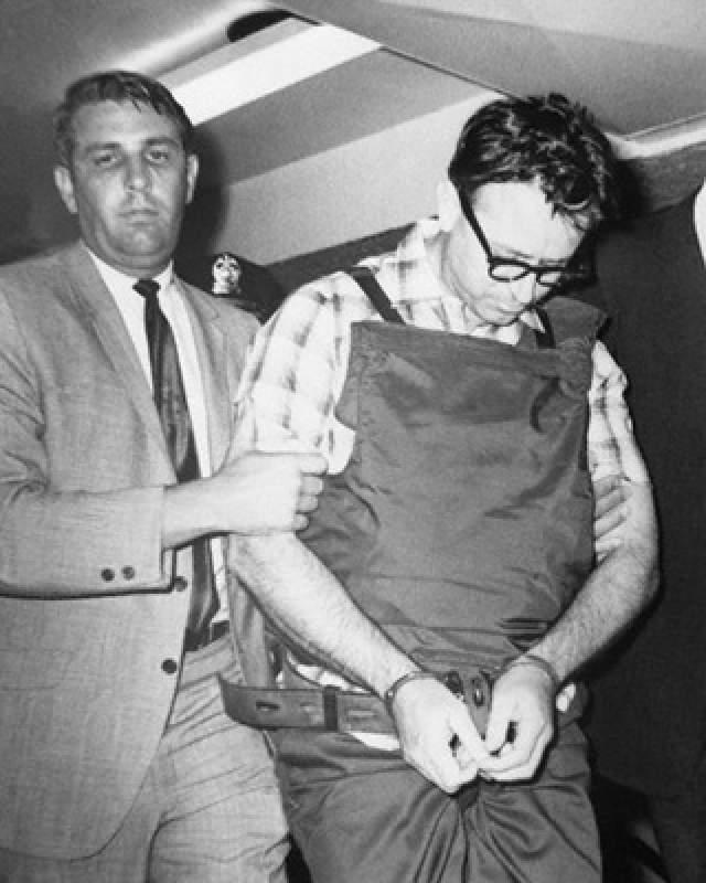 В 18.01 4 апреля 1968 года, когда Кинг стоял на балконе второго этажа мотеля, он упал замертво после попадания в него единственной пули, выпущенной из винтовки. Она прошла через правую часть шеи и глотку, потом, пройдя через спинной мозг, остановилась в его плече.