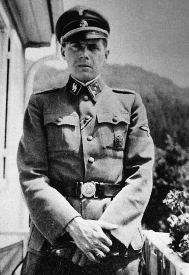 """В 1942 году получил ранение и был признан непригодным к службе в действующей армии. После выздоровления 24 мая 1943 года Менгеле назначили доктором """"цыганского лагеря"""" в Освенциме."""