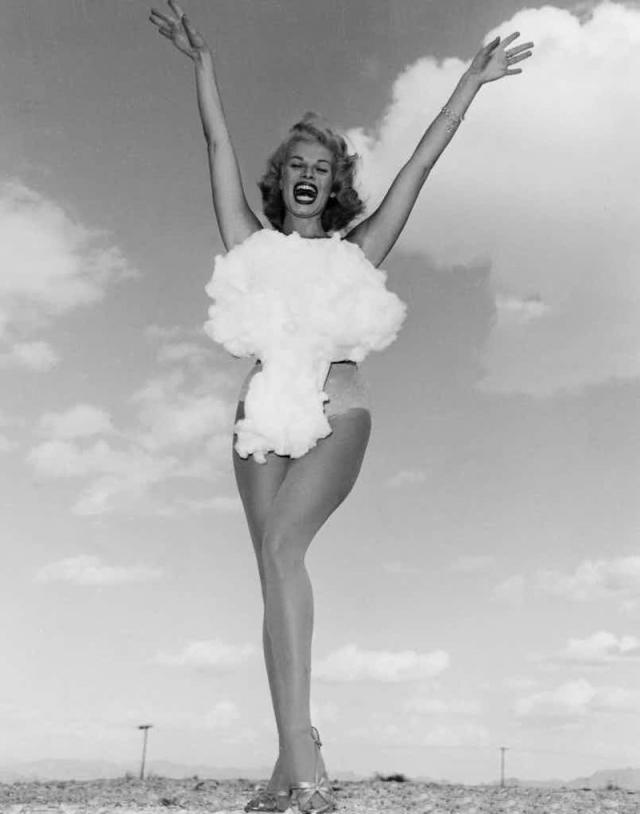 """""""Мисс Атомная бомба"""". Конкурс был проведен в США, штате Невада в 1957 году, после успешных ядерных испытаний, прошедших накануне неподалёку от Лас-Вегаса. Типична блондинка по имени Ли Мерлин явно горда победой на конкурсе."""