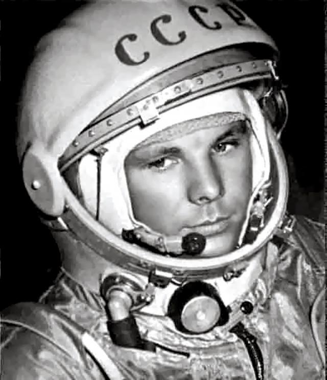 """Якобы за 20 минут до выезда Гагарина на старт вспомнили про случившийся перед этим шпионский полет американца Пауэрса и решили нанести на шлем буквы """"СССР"""", чтобы космонавта не спутали с диверсантом. Буквы рисовали впопыхах, не снимая шлем с головы Гагарина."""