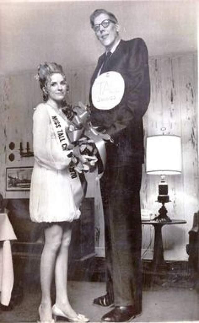 Самое интересное – у него была сестра-близнец, ростом всего 1,75 метра. Келеры попали книгу рекордов Гиннесса как близнецы с самой большой разницей в росте – 74 сантиметра.