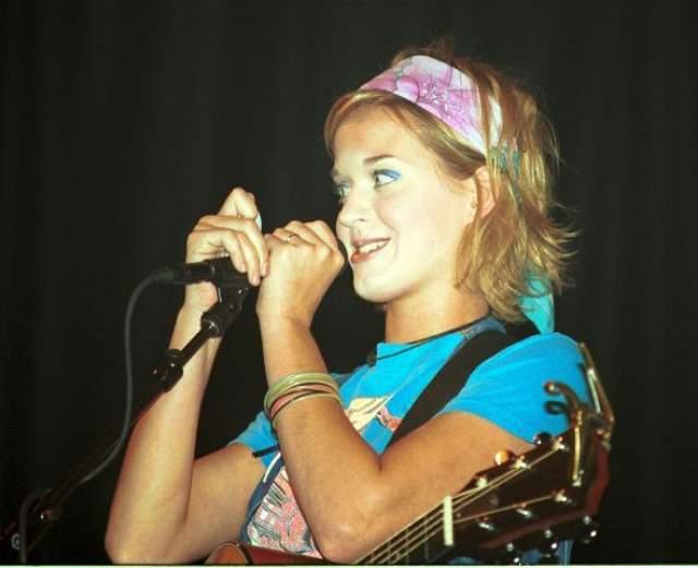 Начинающая певица Кэти Перри .