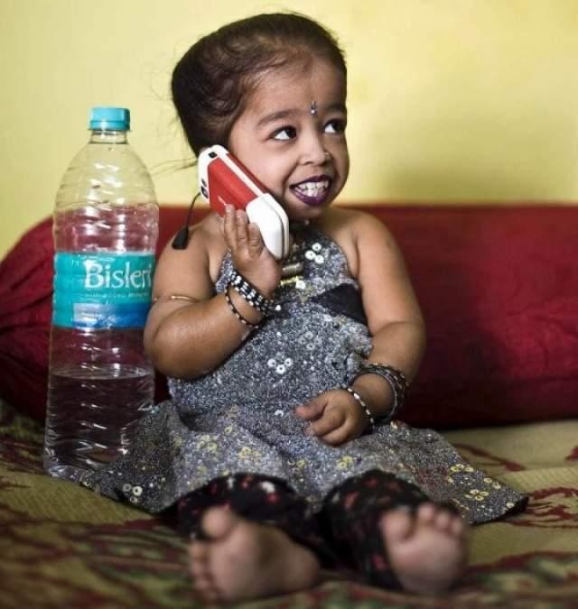 Джоти Амджи, 24 года, Индия. Рост 62,8 см. Девушка страдает редкой формой генетического заболевания — ахондроплазией, что и стало причиной остановки ее роста.