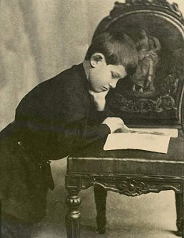 Уильям Джеймс Сидис. Вундеркинд появился на свет в Нью-Йорке в 1898 году. К восьми годам мальчик легко читал книги и прессу на восьми языках, помимо родного английского — французский, русский, немецкий, турецкий, армянский, иврит, греческий и латынь, а в 11 лет стал самым юным студентом Гарварда.