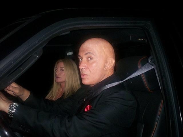Все подтвердилось, когда Симмонса сфотографировали в компании жены с абсолютно лысой головой.