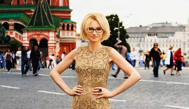 Эвелина Хромченко. Звезда российского модного мира сделала то, что многие считают недостатком, стильным козырем.