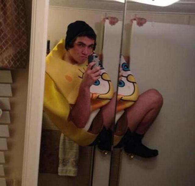 Оскар Рейес решил покорить интернет-публику безумным снимком в ванной. Молодой человек упал, ударившись головой об унитаз.