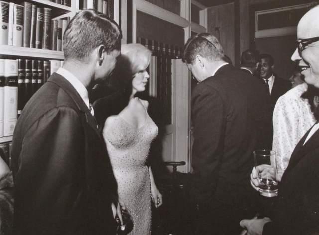 """Единственная совместная фотография Мэрилин Монро и Джона Кеннеди была сделана буквально через несколько минут после того, как Монро исполнила свое знаменитое """"Хэппи бёздэй, мистер президент"""" (Happy Birthday Mr. President) по случаю 45-летия Кеннеди в мае 1962 года."""