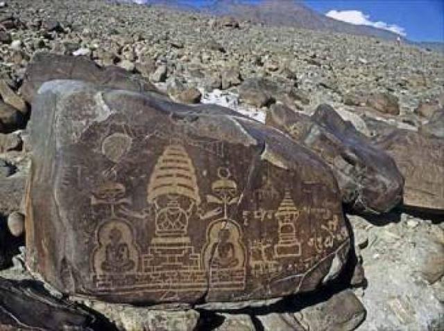 Фигуры в странных капсулах на петроглифах в долине реки Инд, Пакистан.
