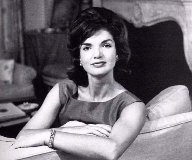Жаклин Кеннеди. Ее внешность не была идеальной, но знание своих сильных сторон и недостатков позволило стать ей иконой стиля.