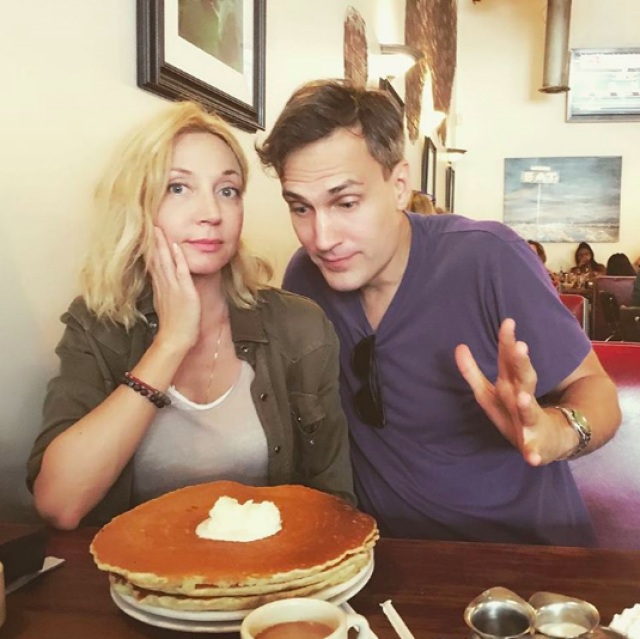 Михаил влюбился в Кристину, не подозревая, что в России она популярная певица. Пара до сих пор счастлива, а в браке появилась на свет дочь Клава.