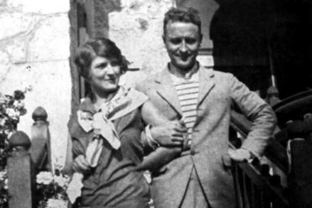 Он продолжал неумеренно пить, а уходя в запой, превращался в жестокого тирана. Умер писатель в 1940 году в доме своей новой возлюбленной от сердечного приступа.