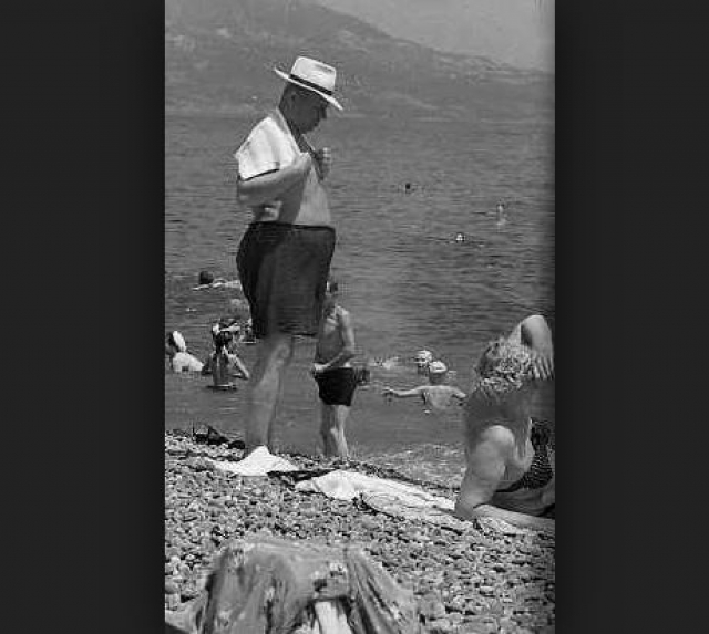 """Однажды в акваторию пляжа госдачи заплыла женщина, а когда там находилась лодка с Хрущевым, сделала вид, что тонет. Никита Сергеевич приказал плыть к """"утопающей"""". Когда же лодка приблизилась, """"утопающая"""" достала из лифчика письмо с личной просьбой и передала его вождю."""