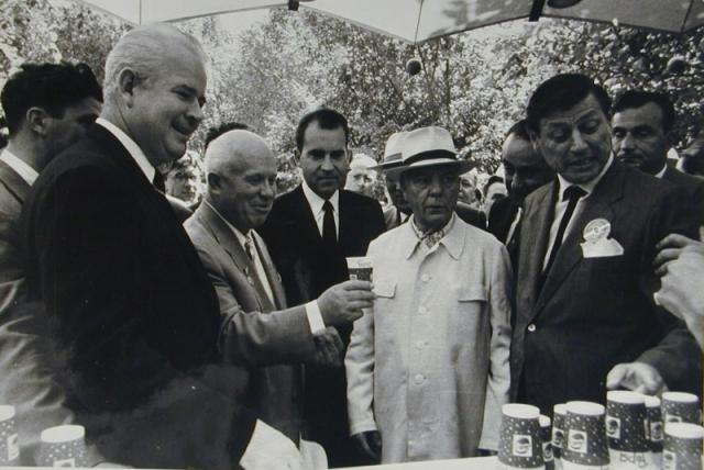 """Никсон уточнил, что в ассортименте есть и напиток, привезенный из Америки, и напиток, сделанный в Москве. Хрущев сделал глоток из обоих стаканчиков и отметил, что московская """"Пепси"""" намного вкуснее."""