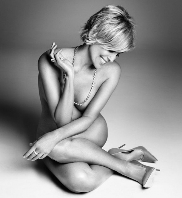 На черно-белых фото Шэрон предстает обнаженной, демонстрируя отличную физическую форму.